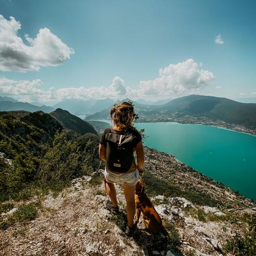 Jeune femme en sac à dos au dessus du lac d'Annecy.