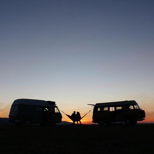 Hamac entre deux van coucher de soleil