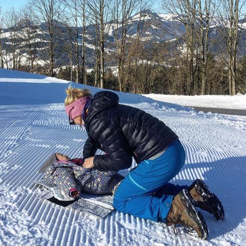 Changer bébé sur la neige Matelas langer nomade et isolant Alpenbaby