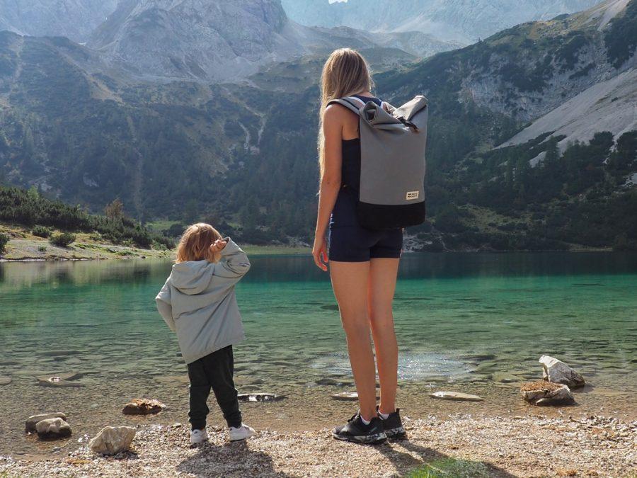 Nikki rando en famille devant un lac de montagne