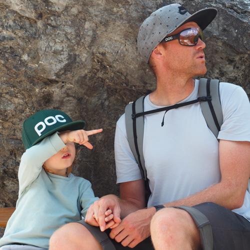 Papa et son fils, sac à dos MeroMero casquette, parents actifs